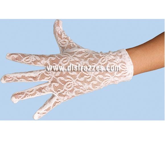 Guante de encaje blanco para adulto de 24 cms. de largo. Ideal como complemento de tu disfraz para Carnaval.