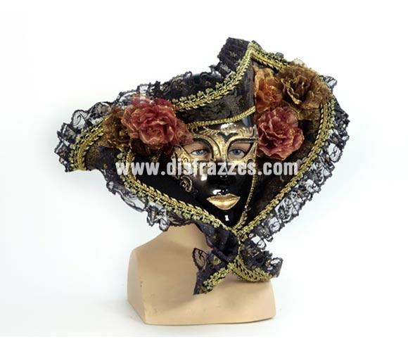 Máscara Veneciana negra con sombrero y flores. Talla Universal.