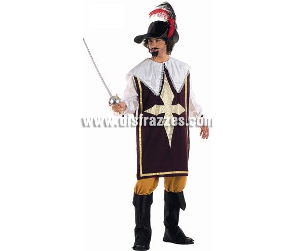 Disfraz de Mosquetero Deluxe para hombre. Alta calidad, hecho en España. Disponible en varias tallas. Incluye casaca con camisa, pantalón, botas y sombrero. Florete NO incluido, podrás encontrar en nuestra seccón de Complementos. Éste disfraz hace pareja con la ref. MA437LI.